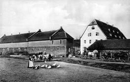 Blick auf Hofeinfahrt und Haupthaus um die Jahrhundertwende